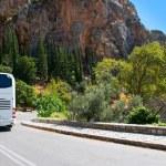 modern turistbuss på bergsväg — Stockfoto