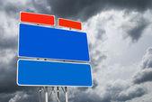 Road sign auf himmel hintergrund — Stockfoto