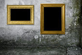 Grunge interior with vintage gold frame — 图库照片