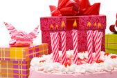 Rosa paj med ljus och gåvor i lådor — Stockfoto