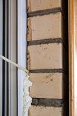 для приготовления пены окно. процесс ремонта — Стоковое фото