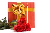 Rosas rojas y las cajas de regalo — Foto de Stock
