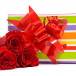 Red roses and gift box — Lizenzfreies Foto