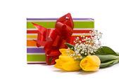 žluté tulipány a krabičky — Stock fotografie
