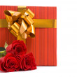 Red roses and gift box — Stock Photo
