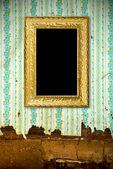 Oude grunge muur met vintage gouden frame — Stockfoto