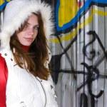 Mädchen in weißen Weste mit Kapuze — Stockfoto