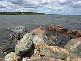 Felsen am Ufer — Stockfoto
