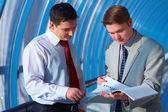 两个商务男士看报告 — 图库照片