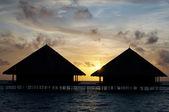 在海洋中的两个水上别墅。. — 图库照片