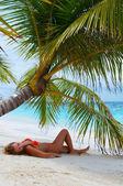 可爱的女孩在海滩上是放松. — 图库照片