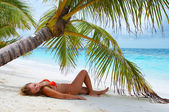 在海滩上的可爱女孩。豪华假期! — 图库照片