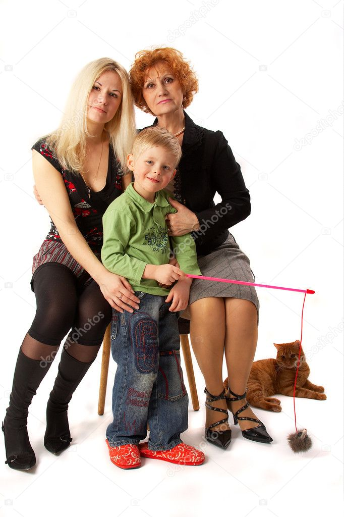Family: Grandmother, Mother, Son and cat. Full isolated. — Stock Photo #1398237