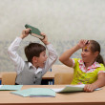 scuola elementare. combattere su lezione — Foto Stock