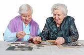 两个祖母与老照片. — 图库照片