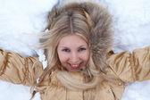 Ragazza inverno è sdraiato sulla neve — Foto Stock