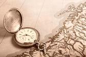 Antigo relógio de prata no mapa antigo — Foto Stock