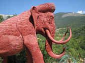Big wooden mammoth in the Yalta zoopark — Zdjęcie stockowe