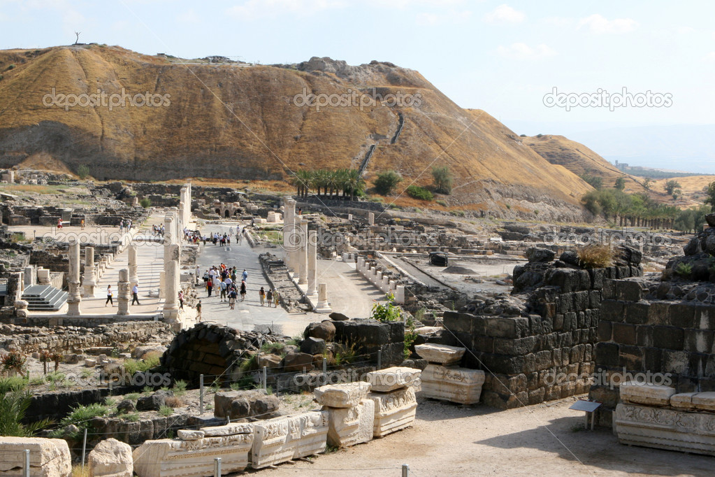 Tourists walk the ancient streets of Bet Shean National Park in Israel.   Foto Stock #1395554
