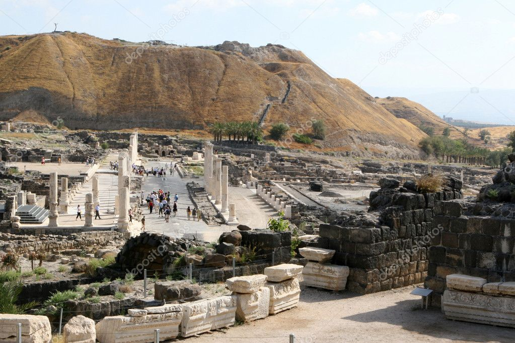Tourists walk the ancient streets of Bet Shean National Park in Israel.  — Photo #1395554