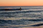 Surfer bei sonnenuntergang — Stockfoto