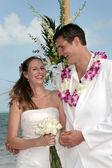 Novio y la novia de playa tropical — Foto de Stock