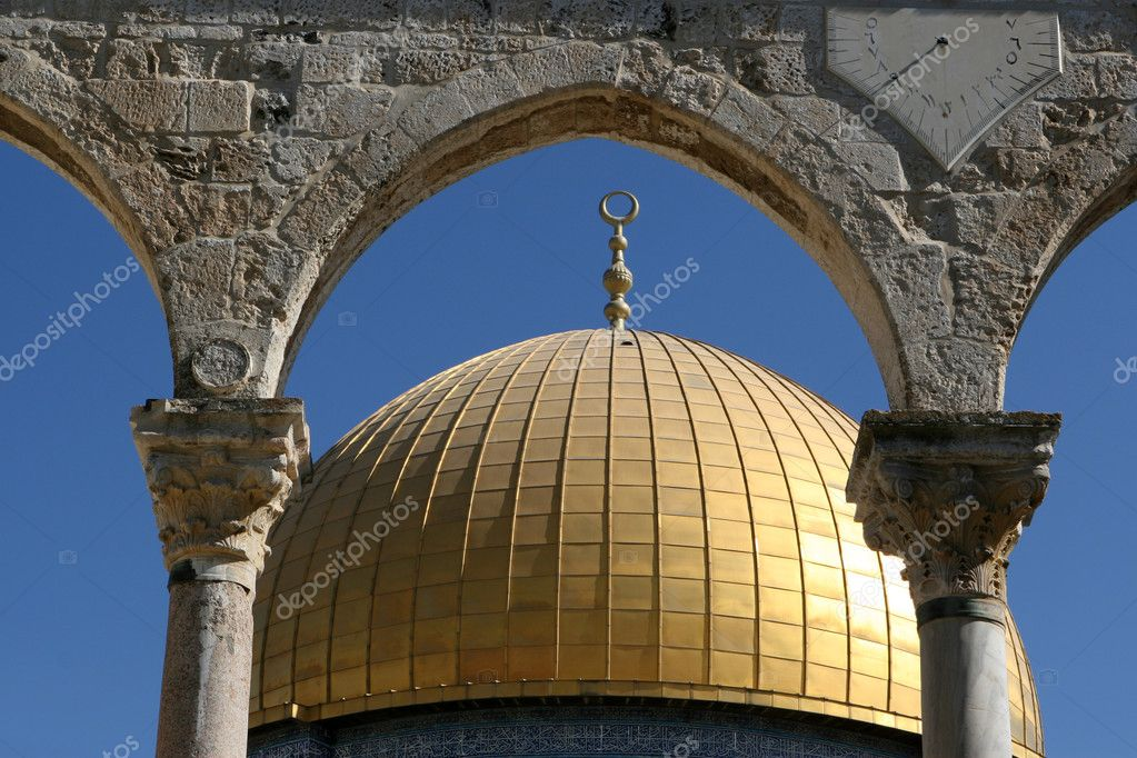 Dome of the Rock in Jerusalem, Israel photographed through arches. — Stock Photo #1411496