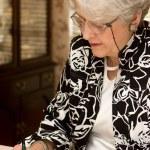 äldre kvinna skriva brev — Stockfoto
