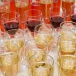 Бокалы с шампанским, вином и фруктовыми напитками.