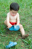 Little boy putting on shoe — Stock Photo