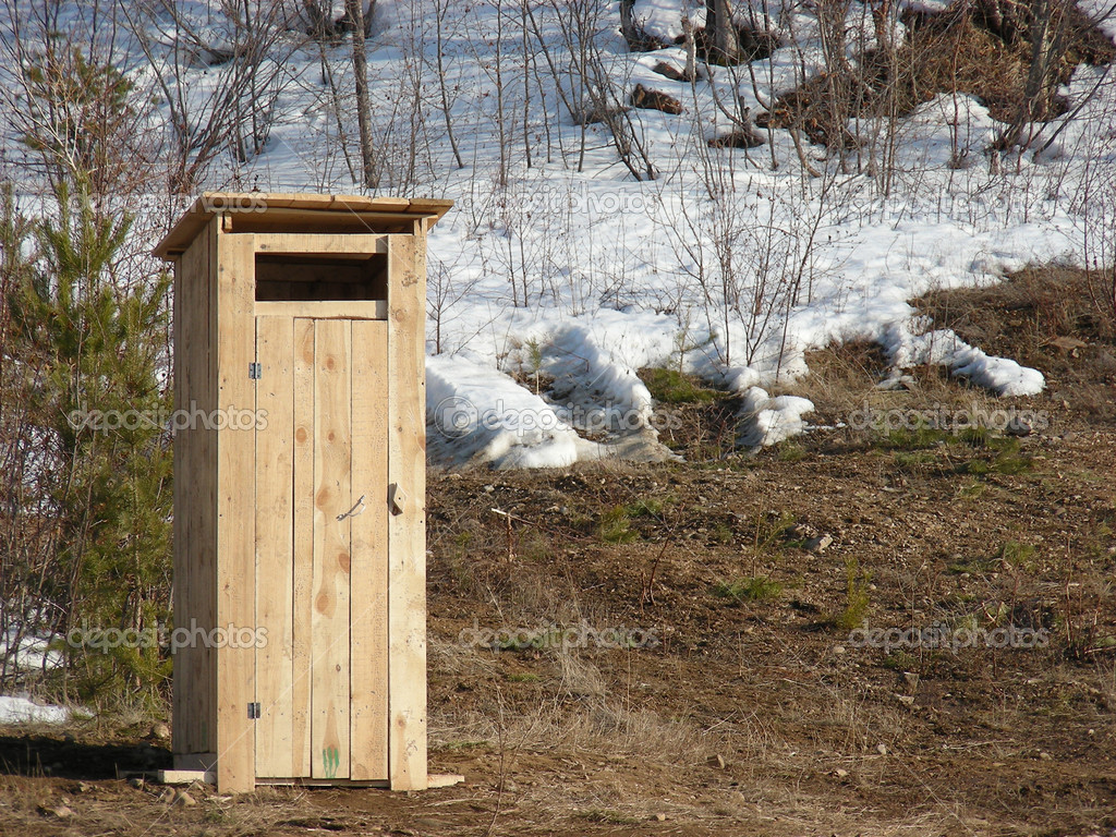 New made wooden toilet in winter forest — Stock fotografie #1424615