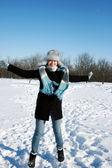 šťastná žena v zasněženém lese — Stockfoto