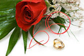 Wedding rings and rose — Stock Photo