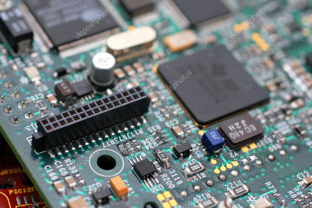 绿色电路板与组件— 照片作者 jenmax