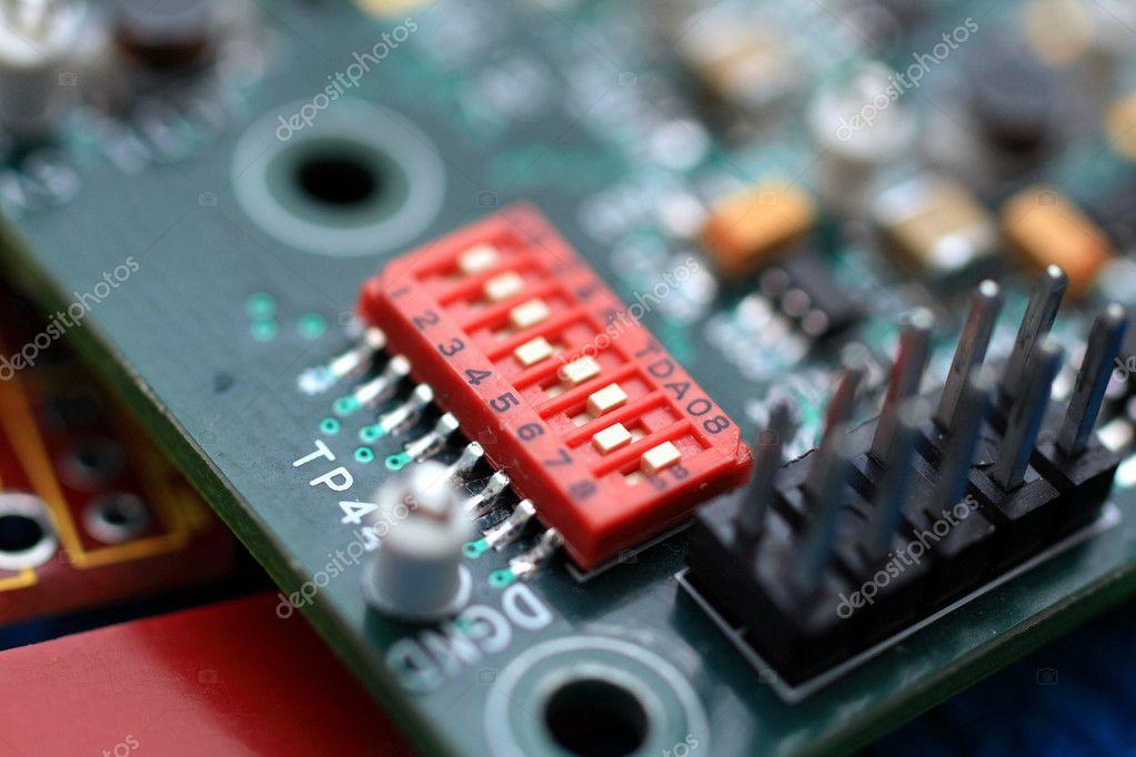 绿色电路板与组件— photo by jenmax