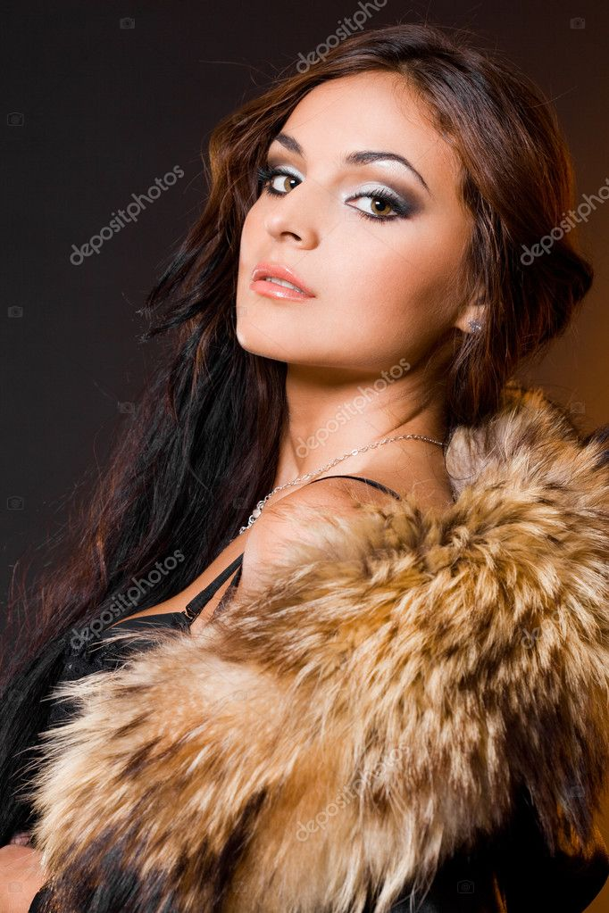Beautiful fashionable woman with fur — Stok fotoğraf #1390373