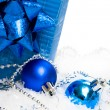 Foto Stock: Festive balls with gift box on snow