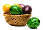 Uova di pasqua in un cestino — Foto Stock