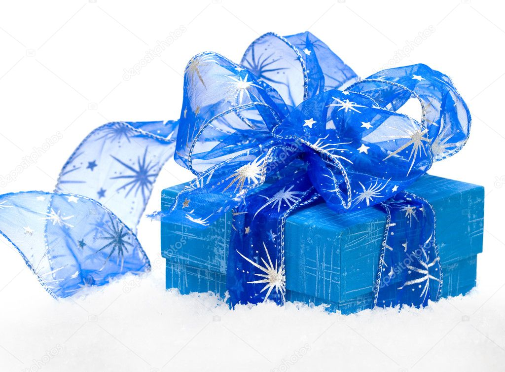 Gift box on white snow  — Stockfoto #1403769