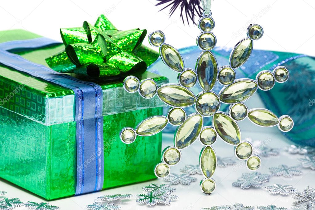 Green gift box with Christmas star  — Stock Photo #1405075