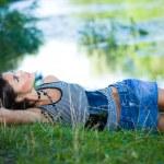 Beautiful woman near the river — Stock Photo