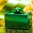 Green gift box with ribbon — 图库照片