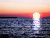 Rouge beau coucher de soleil sur la mer — Photo