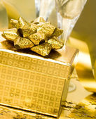 Caja de regalo con cinta de oro — Foto de Stock