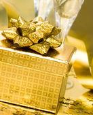 Geschenkbox mit goldenen banddas wetter im wald — Stockfoto