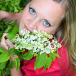 Young girl and blossoming lilac — Stock fotografie