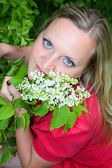 Young girl and blossoming lilac — Стоковое фото