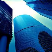 Vista inferior de nuevo rascacielos — Foto de Stock