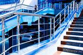 мраморная лестница с перилами стальной — Стоковое фото