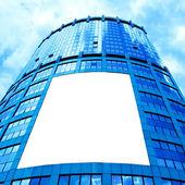 Beyaz afişini ile modern gökdelen — Stok fotoğraf